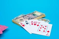 Os cart?es de jogo, jogo cortam e as notas de d?lar empilham no fundo imagem de stock
