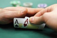 Os cartões de jogo e lascam dentro as mãos Imagem de Stock Royalty Free