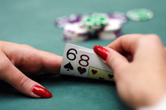Os cartões de jogo e lascam dentro as mãos Fotografia de Stock