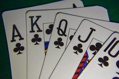 Os cartões de jogo em um pôquer apresentam o resplendor real fotografia de stock royalty free