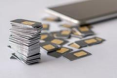 Os cartões de SIM são recolhidos em uma pilha Foto de Stock