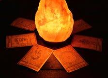 Os cartões de tarô e a pedra mágica Fotografia de Stock