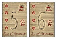 Os cartões de tarô no vermelho Cinco e seis dos pentacles Fotografia de Stock