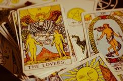 Os cartões de tarô - o cartão dos amantes e outros bons cartões de significado fotos de stock