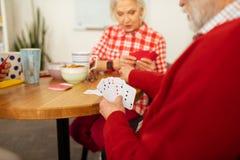 Os cartões diferentes no pessoas idosas equipam a mão foto de stock royalty free