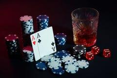 Os cartões do pôquer com cubos são colocados belamente na tabela, na perspectiva das microplaquetas de pôquer Foto de Stock
