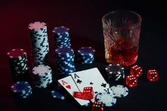 Os cartões do pôquer com cubos são colocados belamente na tabela, na perspectiva das microplaquetas de pôquer Imagens de Stock