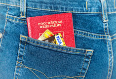 Os cartões do passaporte e de crédito do russo em calças de brim traseiras pocket Curso c Fotografia de Stock Royalty Free