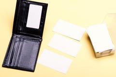 Os cartões empilham no titular do cartão no fundo amarelo imagem de stock