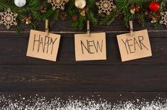 Os cartões, o ornamento e a festão da decoração do ano novo feliz moldam o fundo Imagem de Stock Royalty Free