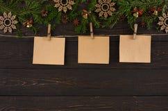 Os cartões, o ornamento e a festão da decoração do Natal moldam o fundo Foto de Stock