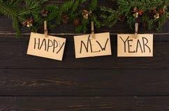 Os cartões, o ornamento e a festão do ano novo feliz moldam o fundo Imagens de Stock