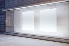 Os cartazes brancos vazios na janela na noite esvaziam a rua da cidade, mo Fotos de Stock Royalty Free