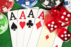 Os cartões de microplaquetas do póquer e cortam Fotografia de Stock Royalty Free
