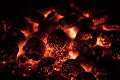 Os carvões amassados quentes de incandescência do carvão vegetal no jardim grelham, close-up, fotografia de stock royalty free