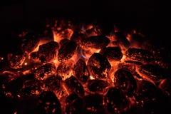 Os carvões amassados quentes de incandescência do carvão vegetal no jardim grelham, close-up, fotos de stock royalty free