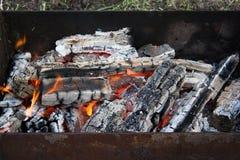 Os carvões ardentes foto de stock