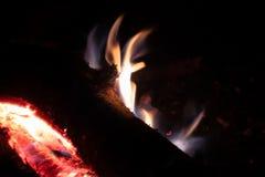 Os carvões ateiam fogo na noite imagens de stock royalty free
