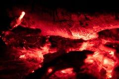 Os carvões ateiam fogo na noite fotografia de stock