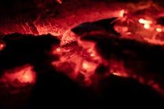 Os carvões ateiam fogo na noite imagens de stock