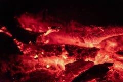 Os carvões ateiam fogo na noite foto de stock