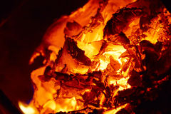 Os carvões calorosos na fornalha fotografia de stock