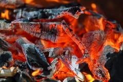 Os carvões de incandescência em um fogo de carvão do assado fumam fotografia de stock