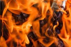 Os carvões pretos são chama vermelha quente fotografia de stock royalty free