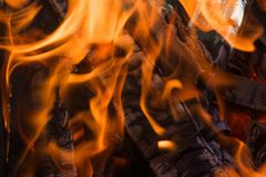Os carvões pretos são chama vermelha quente imagem de stock