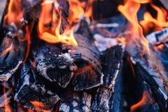Os carvões quentes brilhantes e as madeiras ardentes na grade do BBQ pit Incandescência e carvão vegetal flamejante, assado, fogo fotos de stock