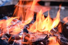 Os carvões quentes brilhantes e as madeiras ardentes na grade do BBQ pit Incandescência e carvão vegetal flamejante, assado, fogo fotos de stock royalty free