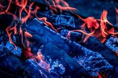 Os carvões quentes brilhantes e as madeiras ardentes na grade do BBQ pit Incandescência e carvão vegetal flamejante, assado, fogo Fotografia de Stock Royalty Free