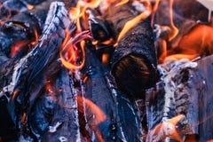 Os carvões quentes brilhantes e as madeiras ardentes na grade do BBQ pit Incandescência e carvão vegetal flamejante, assado, fogo foto de stock royalty free