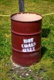 Os carvões quentes do depósito aqui assinam foto de stock