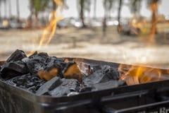 Os carvões são queimados em uma grade do BBQ imagens de stock royalty free