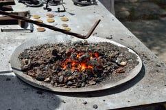 Os carvões vermelhos, quentes queimam-se no chifre da forja foto de stock