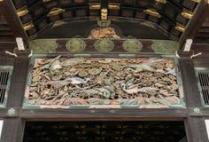 Os Carvings de pássaros e de flora exóticos abaixo do telhado da entrada de Nijo fortificam em Kyoto Foto de Stock