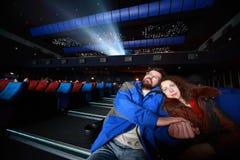 Os casais sentam-se no concerto e no hug Fotografia de Stock Royalty Free