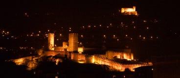 Os castelos de Bellinzona na noite Foto de Stock Royalty Free