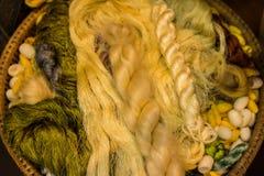 Os casulos amarelos são preparados para que a produção seja uma seda fotografia de stock royalty free