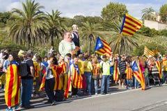 Os Catalans fizeram uma corrente do ser humano de uma independência de 400 quilômetros Imagens de Stock Royalty Free