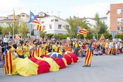 Os Catalans fizeram uma corrente do ser humano de uma independência de 400 quilômetros Fotografia de Stock