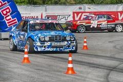 Os cavaleiros desconhecidos nos carros marcam BMW e GAZ-24 Volga supera Imagem de Stock Royalty Free