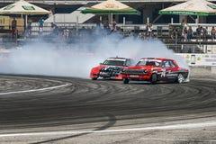 Os cavaleiros desconhecidos nos carros marcam Honda e GAZ-24 Volga superam Foto de Stock