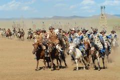 Os cavaleiros do cavalo do Mongolian participam na mostra histórica tradicional da era de Genghis Khan em Ulaanbaatar, Mongólia imagens de stock