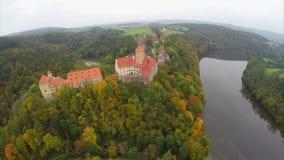 Os cavaleiros e os reis fortificam a arquitetura vermelha checa do telhado do tiro aéreo filme