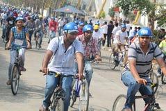 Os cavaleiros em suas bicicletas na república montam 2013 Imagem de Stock