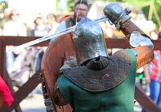 Os cavaleiros medievais na batalha Imagens de Stock