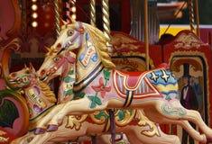 Os cavalos do carrossel/alegres vão círculo fotografia de stock