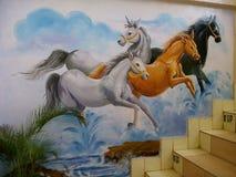 Os cavalos são pintados belamente na parede imagens de stock royalty free